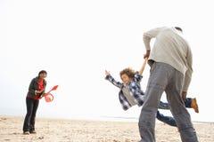 海滩野营的系列节假日放松的年轻人 免版税库存图片