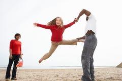 海滩野营的系列节假日放松的年轻人 图库摄影