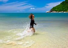 海滩金发碧眼的女人 图库摄影
