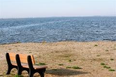 海滩长凳 库存照片