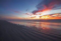 海滩长的日出 免版税库存图片