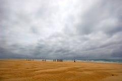 海滩风雨如磐的妇女 免版税库存照片