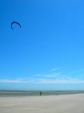 海滩飞行风筝人员 库存图片