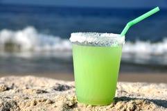 海滩饮料玛格丽塔酒沙子 免版税库存照片