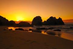海滩骆驼岩石日出 免版税库存照片