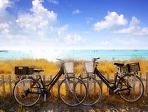 海滩骑自行车夫妇停放的formentera 免版税库存照片
