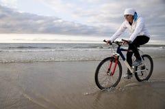 海滩骑自行车 免版税库存照片