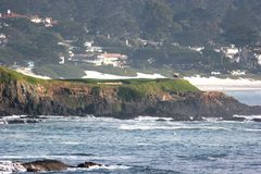 海滩高尔夫球漏洞小卵石 免版税库存图片