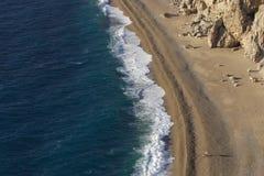 海滩鸟唯一的伞视图 免版税图库摄影