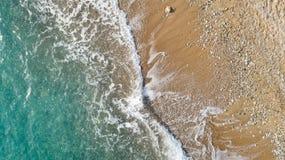 海滩鸟瞰图与到达岸的海波浪的 美丽的绿松石水 免版税库存图片