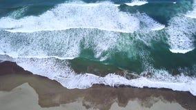 海滩鸟瞰图与泡沫的波浪的 影视素材