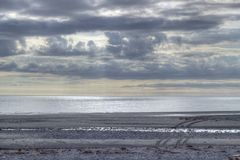 海滩黄昏沙子轮胎跟踪 图库摄影