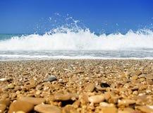 海滩黑色小卵石海运 免版税库存照片