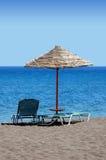 海滩黑色希腊伞 免版税库存图片