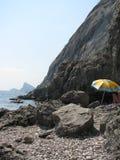 海滩黑色有卵石花纹的海运 库存照片