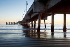 海滩belmont长的码头支持日落下 免版税库存照片