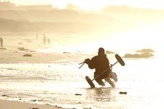 海滩buggying的风筝 库存图片