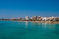 海滩cala millor手段海运西班牙城镇 免版税库存图片