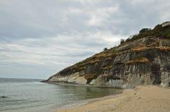海滩cloundy山天空 免版税库存图片
