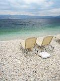 海滩corfu希腊kassiopi sunbeds 免版税库存图片