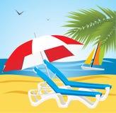 海滩deckchairs倒空伞下 库存图片