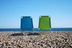 海滩deckchairs小卵石 免版税库存图片