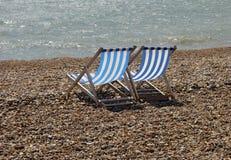 海滩deckchairs小卵石 库存图片