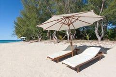 海滩deckchairs 免版税库存照片