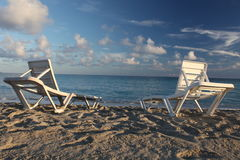 海滩deckchairs 库存照片