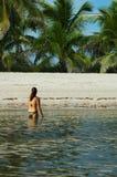 海滩enjoing的女孩 免版税图库摄影