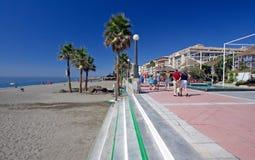 海滩estepona散步含沙南西班牙 免版税图库摄影