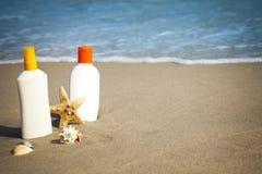 海滩flacons化妆水晒黑 免版税图库摄影