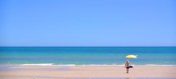 海滩henley伞 库存图片