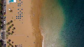 海滩Las Teresitas,特内里费岛,坎那利岛,西班牙的金黄沙子的鸟瞰图 影视素材