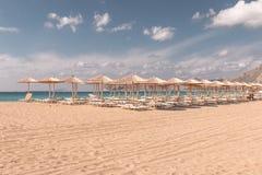 海滩sunbeds和遮阳伞 库存照片
