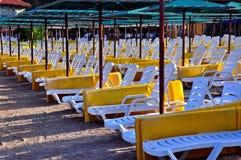 海滩sunbeds 免版税库存图片