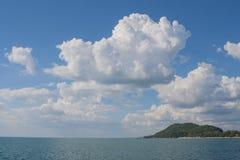 海热带看法有云彩的和在晁老挝人的蓝天靠岸,尖竹汶府 库存图片