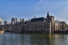 海牙`与Hofvijver的s Binnenhof 免版税库存图片