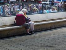 海牙-荷兰-斯海弗宁恩6月,8日2016年:两名资深妇女坐斯海弗宁恩大道长凳  库存图片