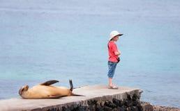 海狮和男孩 免版税图库摄影