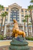 海狮雕象在桌湾旅馆前面的在开普敦 图库摄影