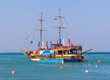 海王星天,在一艘船的服装展示宴餐有在黑海的波浪的一个浮动阶段的 免版税库存图片