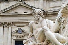海王星雕象和教会Sant'Agnese的大厦过去的,罗马 图库摄影