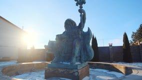海王星雕象在拿着在左手的一个在人一个的喷泉的三叉戟和贝壳反对天空蔚蓝在晴朗的冬天 股票录像