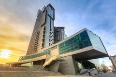 海现代建筑学耸立摩天大楼在日落,格丁尼亚 库存照片
