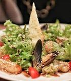 海生菜盘在餐馆 免版税库存图片