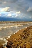 海由水的黑色石头 图库摄影