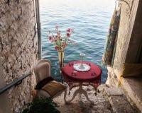 海的一个美好的夏天视图从一条小的浪漫街道的 免版税库存照片
