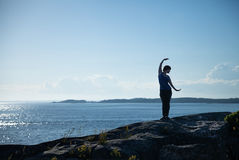 海的前面的瑜伽女孩 免版税图库摄影