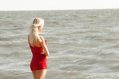 海的单独妇女 库存图片